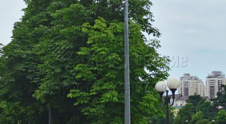 Силовые конструкции могут использоваться вместе с опорами декоративного типа для паркового освещения. В этом случае создается комбинированная осветительная инфраструктура. С ее помощью ярко освещается проезжая часть для автомобилей, а парковые опоры служат украшением набережной.