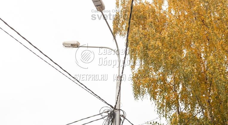 Воздушная прокладка кабелей дает возможность сократить затраты на строительство системы освещения. Строительная компания при выполнении работ не будет разрушать существующие тротуары и ограждения. Однако нужно правильно крепить провода, чтобы избежать их скоплений в районе оголовка.