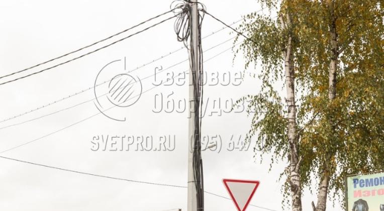 В варианте на фото силовые кабели проложены по наружной поверхности конструкции. Поэтому есть опасность их повреждения в результате вандальных действий или дорожно-транспортных происшествий. Во избежание подобной ситуации обычно проводка прокладывается внутри полого корпуса опоры.