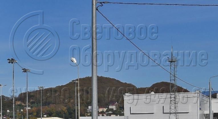 Изображенная на фотографии конструкция для установки консольного светильника может выдержать нагрузку на оголовок в пределах 1,3 тонны. Высота корпуса составляет 8 метров, но сам светильник расположен выше за счет длины вертикальной части кронштейна.