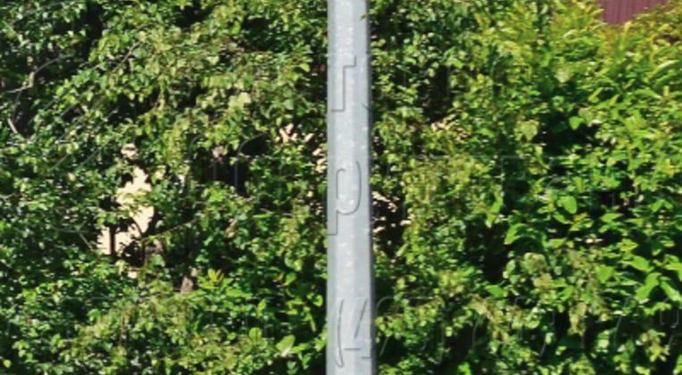 Подвеска силовых линий к прямостоечной опоре производится с помощью накладной арматуры. Поэтому нет необходимости во внесении изменений в типовую конструкцию в зависимости от числа проводов. В примере на фото на оголовке закреплено сразу три силовых линии.