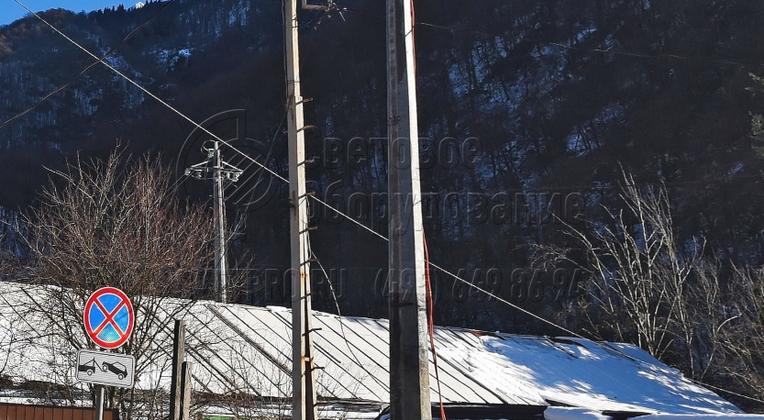 При установке граненых опор рекомендуется прокладывать кабели для подводки питания и коммутационные линии внутри полого ствола. Если установить их снаружи, как изображено на фото, возникает опасность поражения электрическим током прохожих и обрыва из-за вандальных действий.