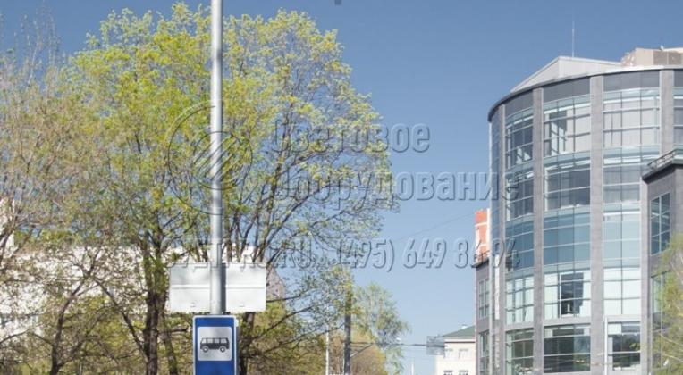 Для сокращения количества инженерных конструкций на улицах города инженеры используют трубчатые опоры силового типа. В примере на фотографии на стволе закреплены информационная табличка и дорожный знак. Для крепления используются специальные кронштейны накладного типа.