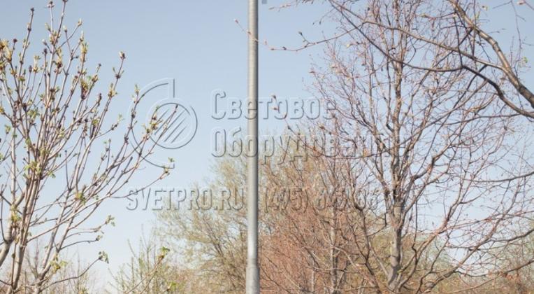 Осветительная опора СП, которая изображена на фото, часто ставится в парках. Благодаря своему круглому поперечному сечению она органично сочетается с древесной растительностью. Кабели питания к светильникам подведены под землей, хотя возможно воздушное подключение.