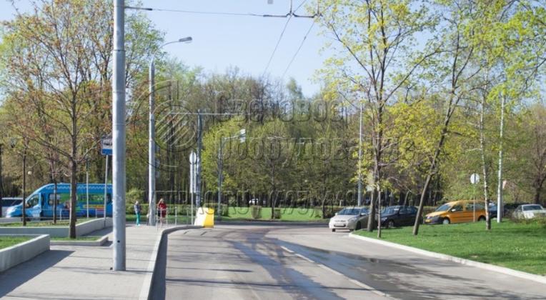 На фото еще один пример использования прямостоечной опоры, на которую подвешивается контактная сеть троллейбусной линии. Выбор прямостоечного варианта обусловлен необходимостью экономии места на тротуаре. При использовании хвостовика на корпусе отсутствует фланец.