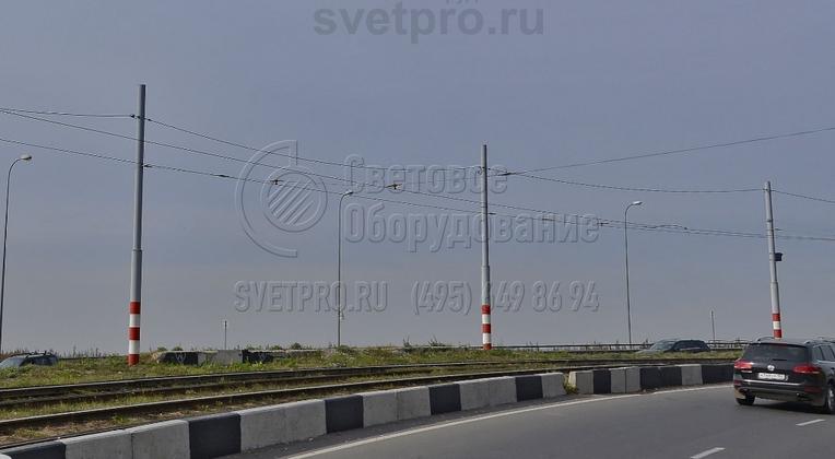 В представленном на фото варианте опоры типа ТП используются только для размещения проводов, по которым подается электричество для трамваев. Но их можно адаптировать и для освещения. Для этого достаточно на верхнюю часть установить кронштейны со световыми приборами.