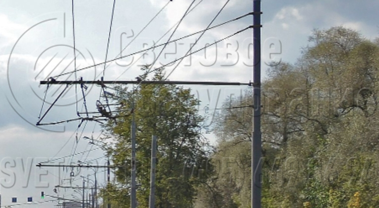 Для крепления проводов контактной сети к корпусу силовой опоры крепится жесткая консоль. Она представляет собой полую трубу, которая фиксируется с помощью накладного кронштейна и дополнительно укрепляется растяжками. На одну консоль можно установить две троллейбусные линии.