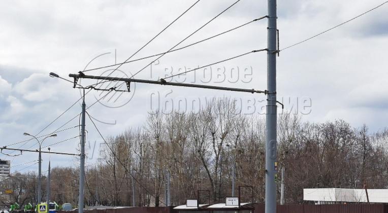 ТП — это инженерные опоры специального назначения. Их используют в том случае, когда нужно подвесить контактную сеть троллейбусов над проезжей частью. В варианте на фото провода подвешены на жесткой консоли с дополнительными растяжками. Поэтому парная опора в этом случае не нужна.