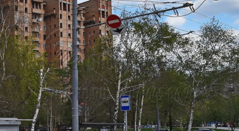 На фото представлена конструкция модели ТФ, с помощью которой проложены провода для троллейбусов. Обратите внимание, что фланец в нижней части замаскирован пластиковой тумбой. А на горизонтальную консоль подвешены не только провода, но и установлен дорожный знак со стрелкой.