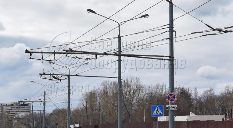 Одна опора контактной сети может использоваться для подвески нескольких троллейбусных линий. Для этого используется горизонтальная трубчатая консоль с несколькими растяжками. Необходимо лишь следить, чтобы предельная нагрузка на верхнюю часть не превышала 1,5 тонны.