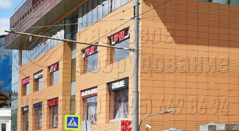 Опоры модели ТФ можно быстро установить вдоль улиц благодаря разделению монтажных процессов. Фаза бетонирования закладной детали разделяется по времени с фазой крепления наземной части конструкции. Поэтому эти работы можно поручить разным строительным бригадам.
