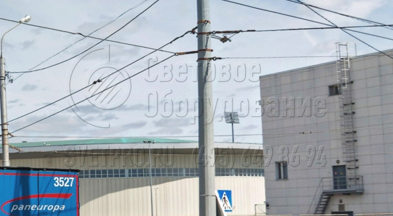 На фото представлена опора контактной сети с большим количеством силовых линий, подвешенных на нее. Обратите внимание, что контактная сеть располагается на тросовых растяжках. А самонесущие изолированные кабели крепятся на накладных скобах.