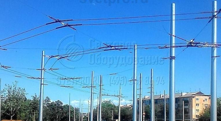 На фото представлен пример использования граненых опор для обустройства места разворота троллейбусов. Использование модели ТФГ обусловлено высокой несущей способностью ствола. Контактный провод устанавливается на растяжках, которые перед этим протягиваются между опорами.