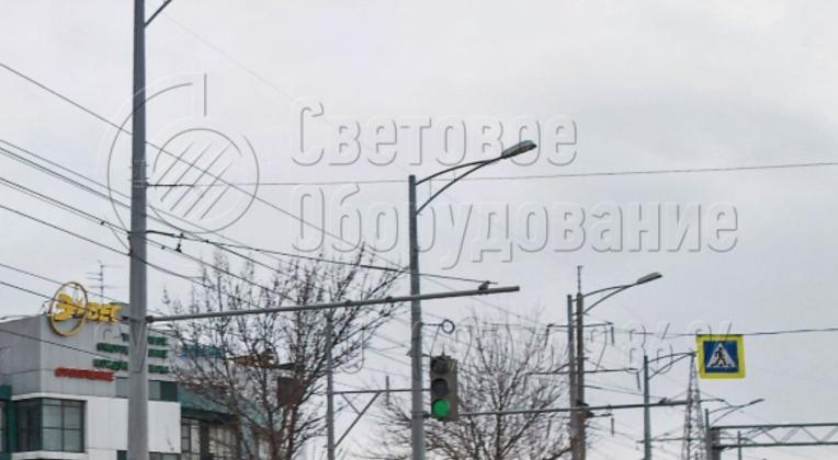 Использование кронштейнов позволяет улучшить внешний вид опор контактной сети, если они используются для строительства системы освещения. В варианте на фотографии на оголовок установлены модели с двумя рожками под один консольный светильник. Так улица выглядит красивее.