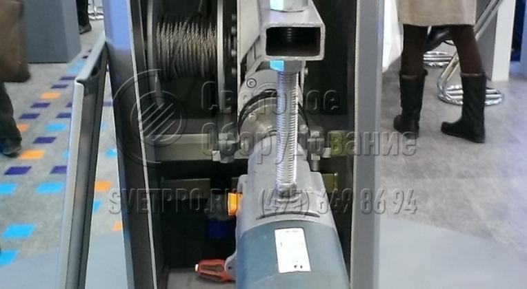 Электродрель реверсивная мощностью 1200 – 2000 W с регулировкой частоты вращения, предназначена для вращения входного вала блока редуктора и обеспечения подъёма и спуска рамы.