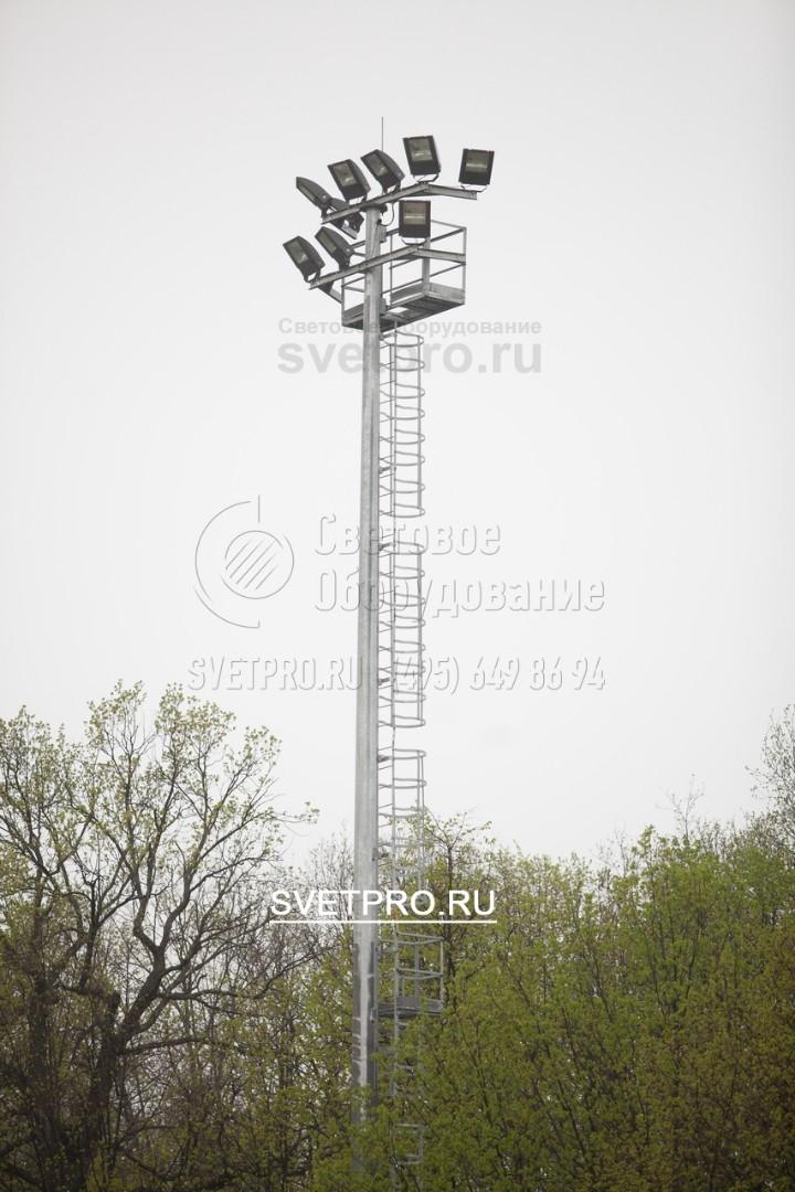 На изображении приведен пример использования мачты для установки большого количества прожекторов. Рама в верхней части мачты имеет С-образную форму. За счет этого СП можно разместить с трех сторон прямоугольника. Таким образом освещается обширное открытое пространство.