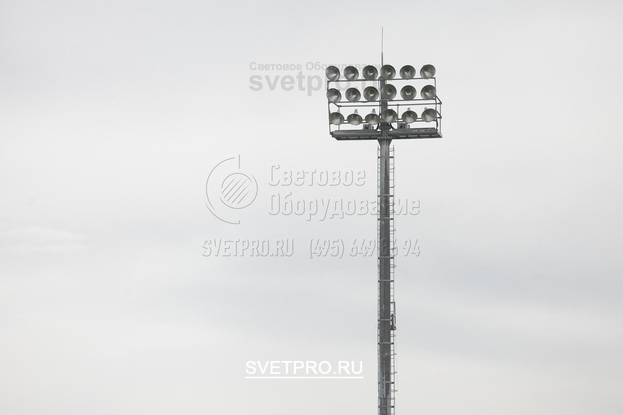 Вы видите еще один пример размещения светильников на мачте с неподвижной рамой. В этом случае рама установлена вертикально и имеет несколько поперечных элементов. Это дает возможность установить большое количество прожекторов и создать мощный световой поток в определенной точке.