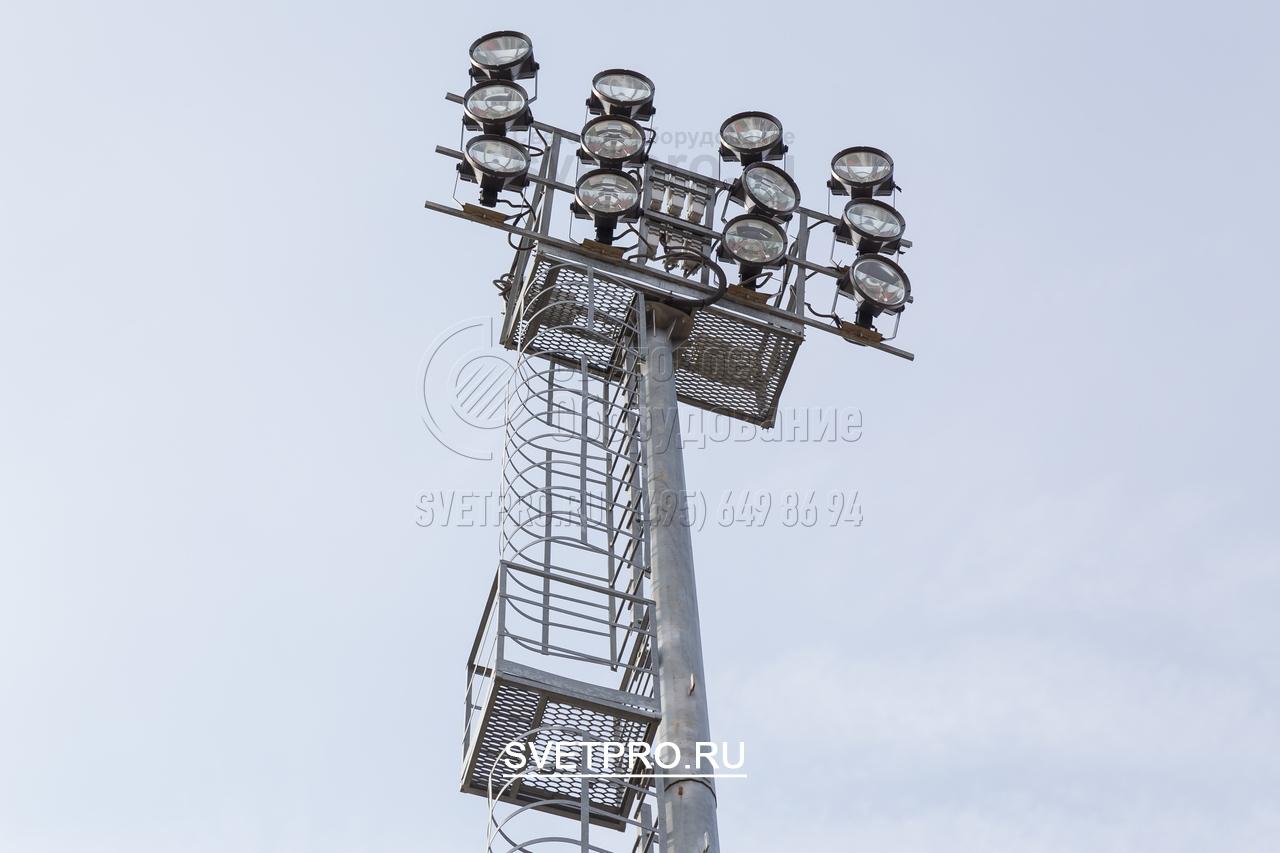 Для работы светильников с газоразрядными лампами необходима пускорегулирующая аппаратура. При установке таких СП на мачте с неподвижно зафиксированной рамой ПРА можно устанавливать прямо на ней. Несущей способности всей инженерной конструкции достаточно, чтобы выдержать такой вес.