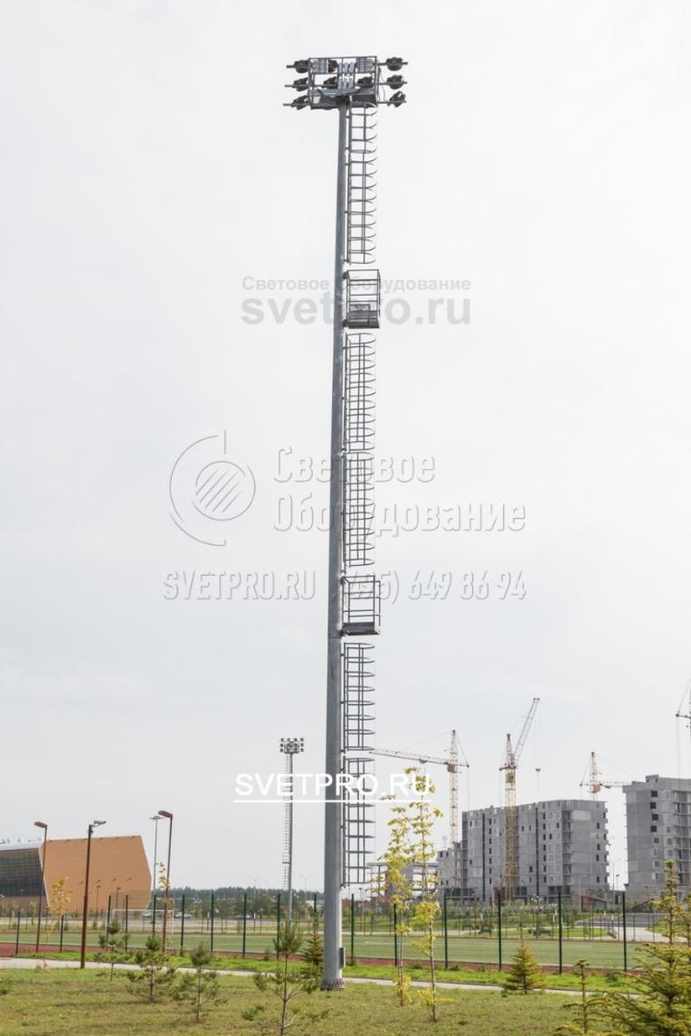 На этом изображении хорошо видна лестница, по которой электрик поднимается на верхнюю площадку для выполнения регламентных работ. Для упрощения подъема через каждые 6 метров по вертикали установлены промежуточные площадки с перилами. Они нужны для безопасного отдыха работника.