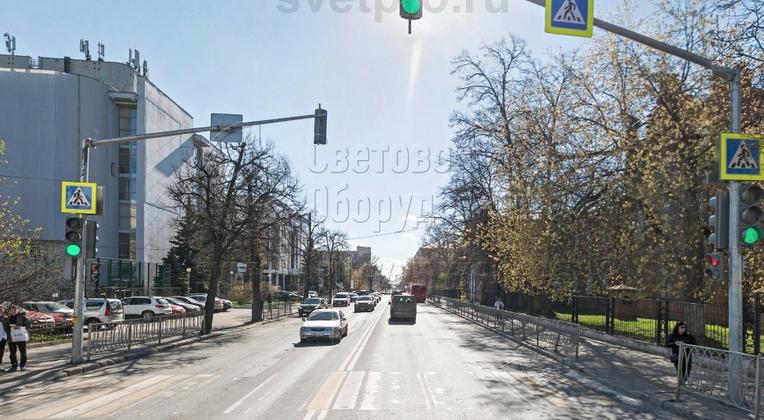 Специальная опора освещения для светофоров, которая представлена на фото, имеет высоту вертикальной части корпуса 6 метров и наклонную консоль длиной 6,6 метров. В примере на стойке установлено два светофора и дорожный знак на стволе и один светофор со знаком — на консоли