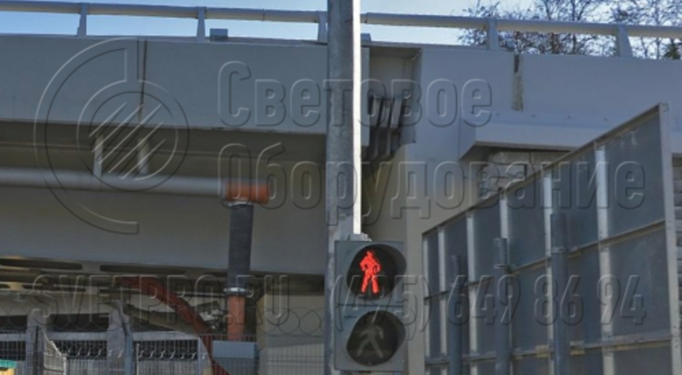 Светофорная стойка может использоваться для установки автомобильных и пешеходных светофоров. Крепление производится с помощью накладного крепежа. Монтаж самой опоры на месте осуществляется с помощью фланца. Он прикручивается к закладной детали, забетонированной в котловане.
