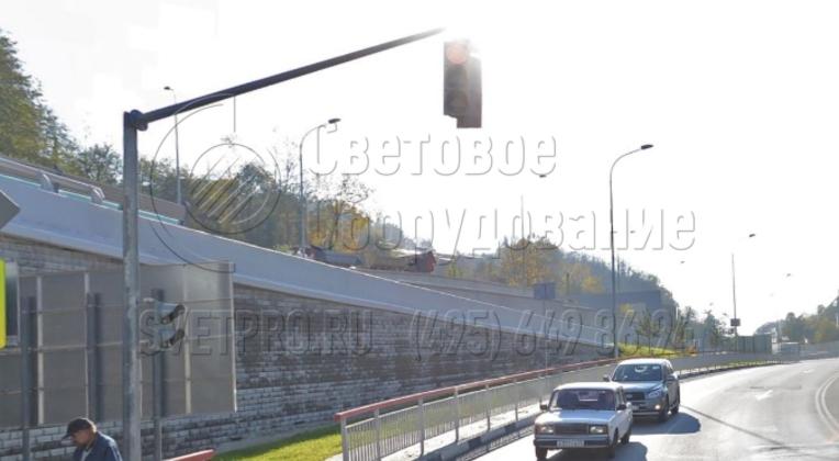 На фото приведен пример использования светофорной стойки. Два светофора размещаются над проезжей частью на консоли. Сделано это для того, чтобы сигналы от регулирующего устройства были видны водителям транспортных средств во всех полосах движения, в том числе крайней правой.