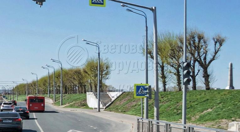 Внешний вид светофорных стоек, которые изображены на фото, сочетается с другими видами осветительных опор, которые ставятся на улицах города. Они имеют многогранное поперечное сечение, поэтому органично вписываются в дизайн открытой площадки.