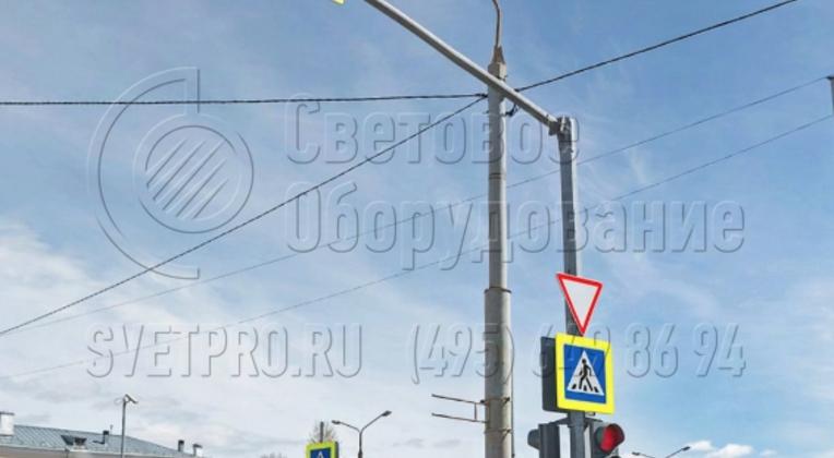 Универсальность светофорной стойки проявляется в том, что на нее можно установить не только светофоры, но и дорожные знаки. Поэтому инженерам дорожных служб не нужно устанавливать несколько стволов, чтобы закрепить все необходимые знаки и светофоры. Это уменьшает число опор на тротуарах.